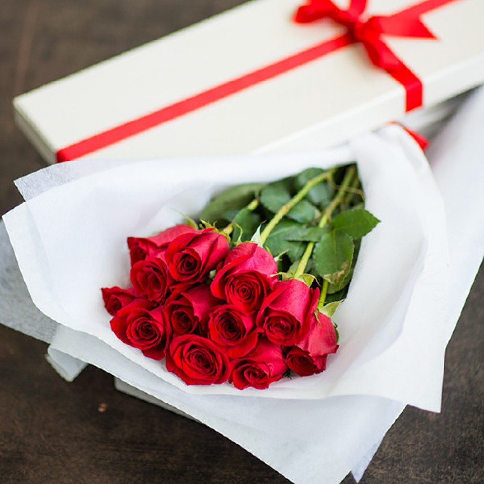 Classic Long Stem Red Roses in a Luxury Box